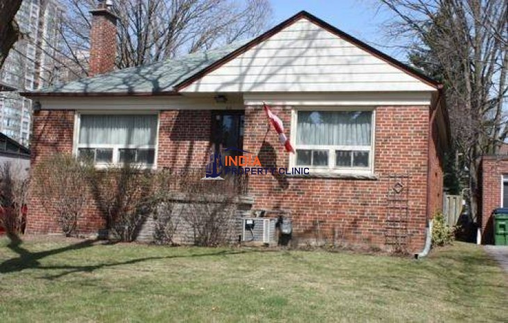 Single Family Home For Sale in Kingsdale Avenue