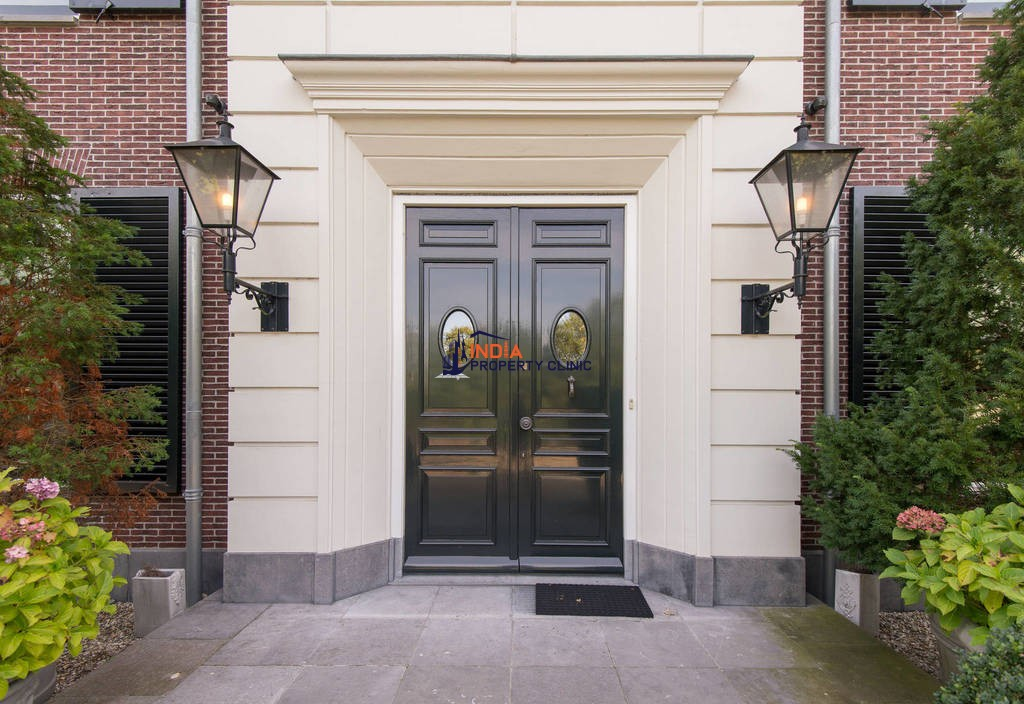 16 room House for sale in Breukelen